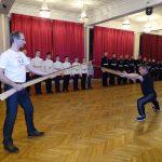 Фехтмейстер Руслан Каприлов показывает приемы штыкового боя кадетам Фото: Алла Андреева