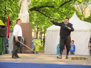 Испанское фехтование - показывает 1. Эухенио Гарсиа-Сальмонес и Руслан Каприлов. Фото: Елена Марикова