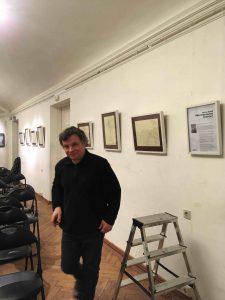 Руслан Каприлов помогает монтировать экспозицию из цикла
