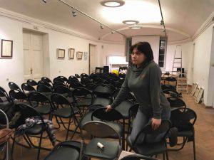 Скульптор Нина Спивак участвует в монтаже экспозиции из цикла