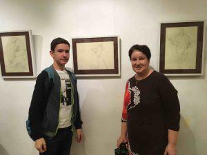 Алла Андреева, фотограф, и её сын Никита Нисковский, ученик школы «Плащ и шпага» возле экспозиции академических рисунков