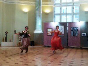Вернисаж биеннале «Фехтование в искусстве». Выступает Театр танца Монплезир. Фото: Елена Давыдова