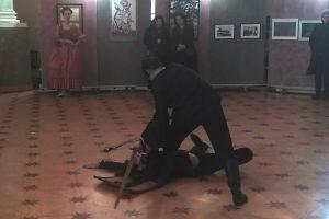 Вернисаж биеннале «Фехтование в искусстве». Выступает Международная академия фехтовальных искусств. Фото: Елена Давыдова