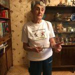 Таджиева Ксения Аркадьевна поддерживает праздник День Фехтовальщика с первого дня в 2005 году. На фото она в футболке праздника и с исторической рапирой, подаренной СПб Фехтовальным Клубом в честь 85-летнего юбилея.