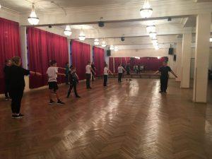 День открытых дверей -2019 в школе «Плащ и шпага». Руслан Каприлов дает новичкам первый урок фехтования.