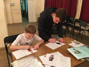 Ученики I курса школы «Плащ и шпага»  подписывают свои новые зачетные книжки