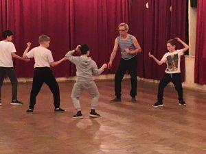 Фехтовальная школа «Плащ и шпага», младшая группа. Начальный этап обучения - фехтовальная стойка и передвижения.