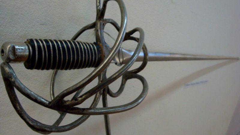 Картинка с выставки оружия фехтовальщиков