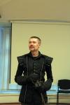 Виталий Федоров, руководитель ALF studio, на открытии своей выставки фотографий дает мастер-класс по фотографированию фехтования