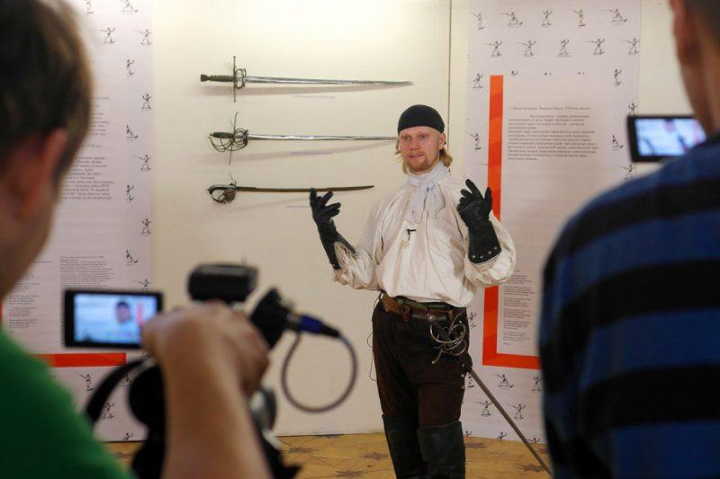 На экспозиции выставки холодного оружия СО ЗНАНИЕМ ДЕЛА дает интервью Артём Шабанов, руководитель сеисф СИЛУЭТ