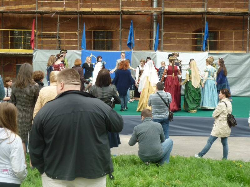 На сцене мастер-класс по старинным танцам для всех желающих