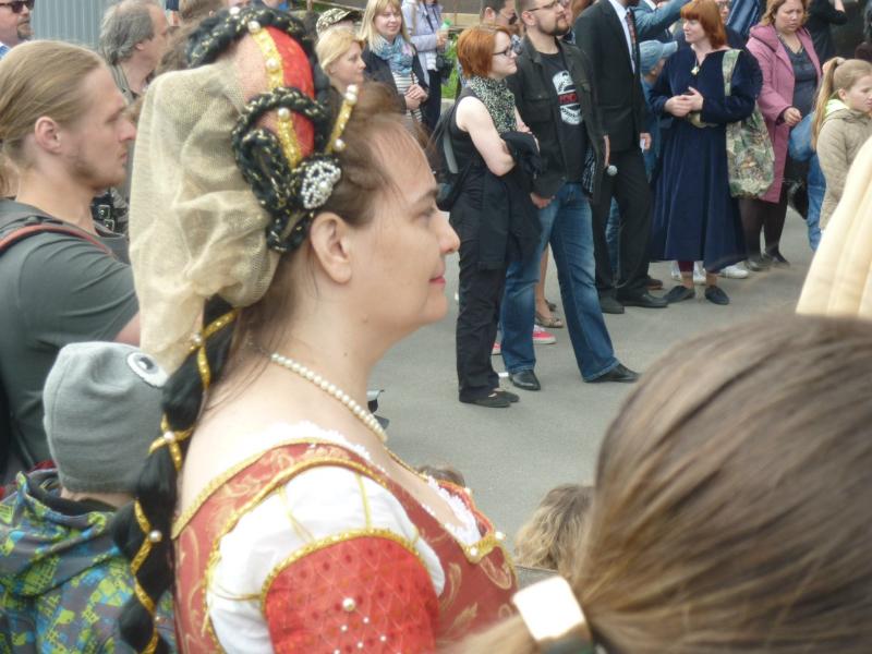 День Феховальщика 2015 - участники праздника смотрят выступления на сцене.