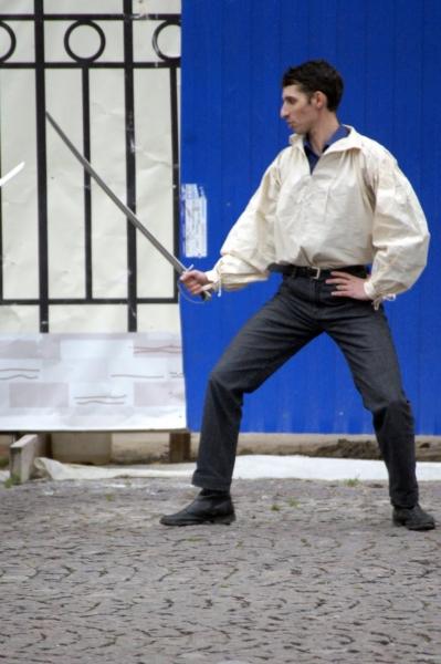 2.Фехтование на улице привлекало внимание прохожих к Гранд Ассо