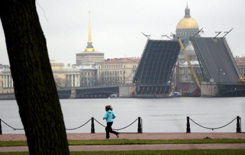 1.В эту субботу Дворцовый мост днём был разведен из-за ремонта