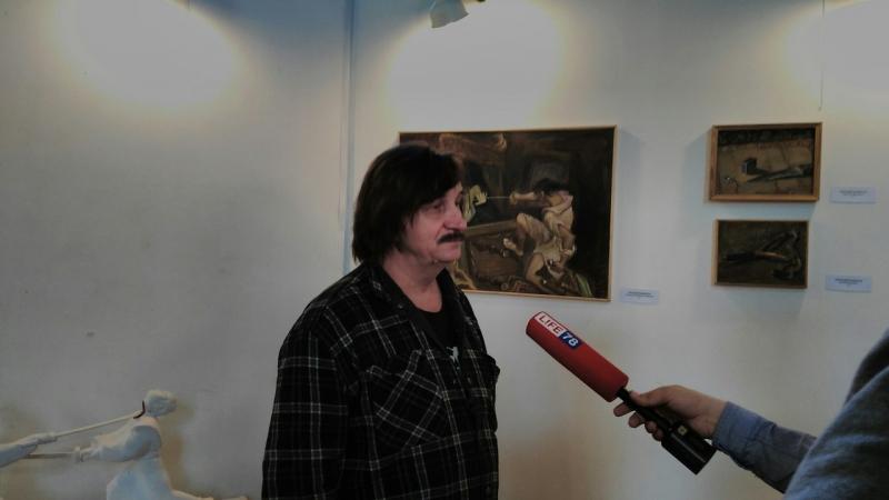 Виктор Тихомиров дает интервью ТВ на открытии Дней Фехтовальной культуры 2016 и вернисаж выставки