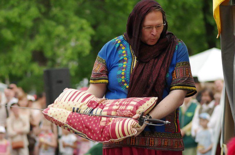 Фандар - музыкант группы ДРАКОНЬ участвует в выступлении Клуба европейского исторического фехтования ПАРАД-РИПОСТ