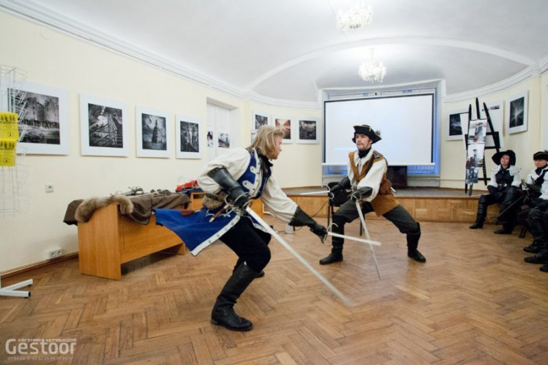 13. Показательный бой на шпагах с дагами (кинжалами для левой руки)