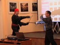 Виталий Федоров и Руслан Каприлов показывают приемы владения холодным оружием