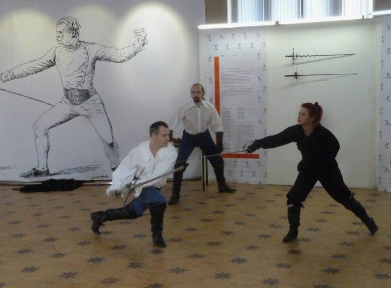 Выступает клуб европейского исторического фехтования ПАРАД-РИПОСТ, справа Ольга Шевалье (Николаева)