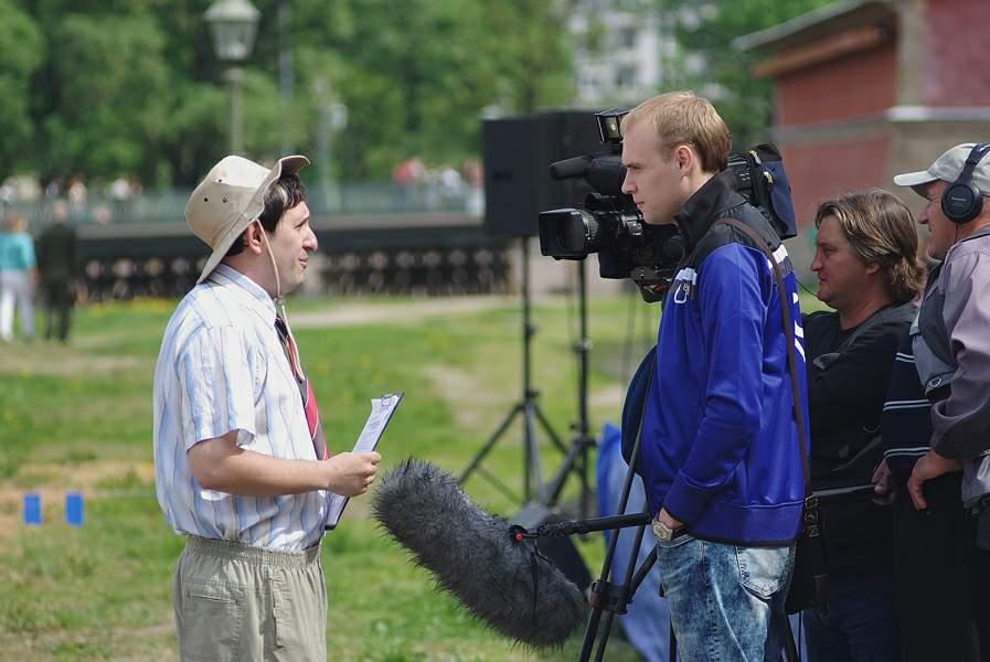 Режиссер праздника Дмитрий Тейбер-Лебедев дает интервью для ТВ
