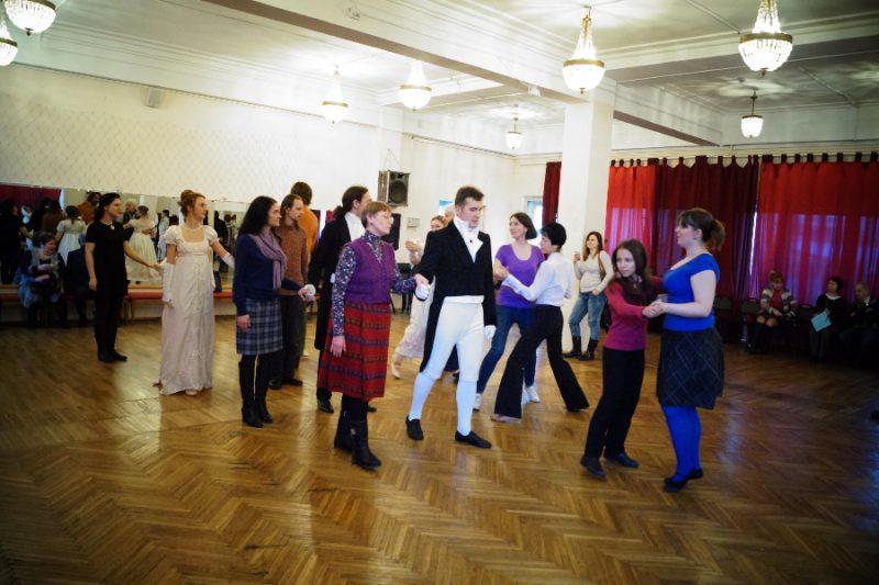 Пушкинская студия старинных танцев проводит мастер-класс для зрителей
