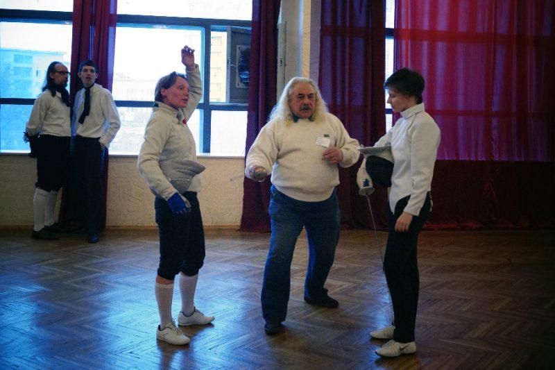 Мастер спорта СССР по рапире Владимир Петрович Шеламов консультирует Наталью Кулябину и Наталью Якимову