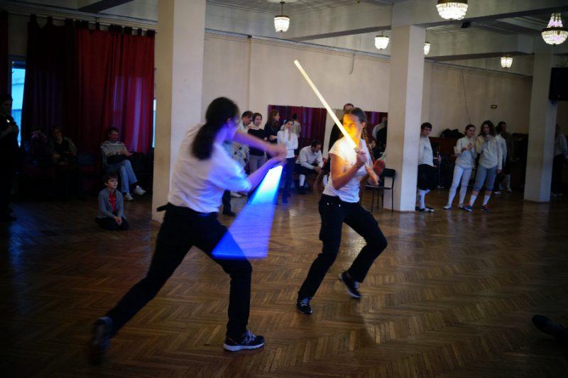 Показательные выступления фехтовальщиков со световыми мечами. Творческая группа