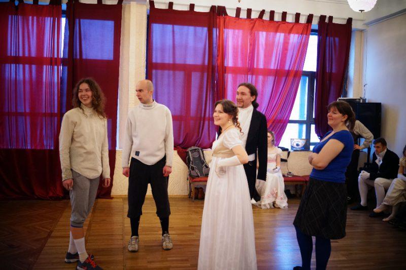 Закончив поединки, фехтовальщики Анастасия Власова и Данила Прокофьев пришли на мастер-класс по танцам