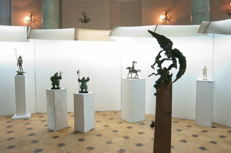 Каким тесаком Добрыня с Гидрой расправляется - страшно смотреть! А гранитный постамент весит 120 кг - силен скульптор Вячеслав Коваленко.