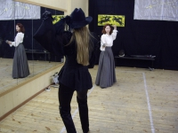Манекенщица Юлия Мосягина в шляпе и костюме из коллекции Раудсон