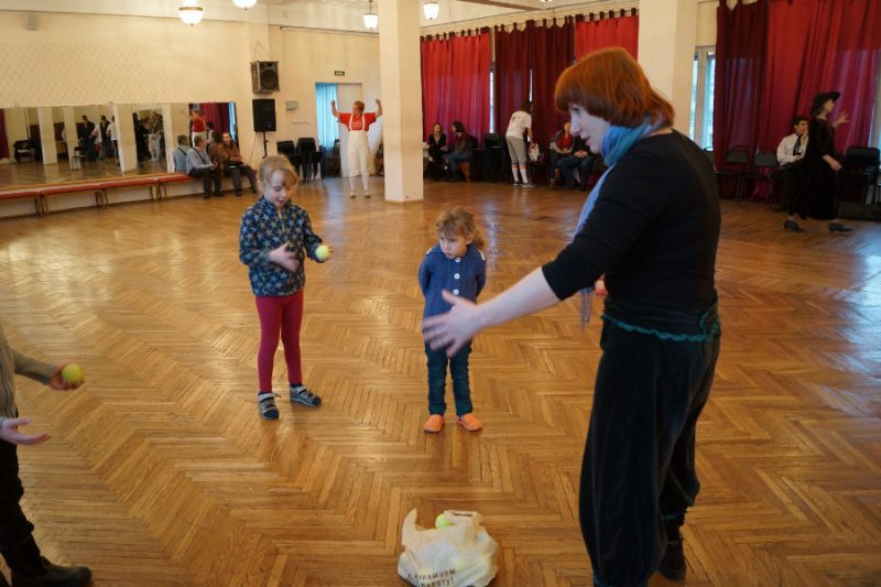 Александра Берегулина, режиссер и педагог, проводит мастер-класс по жонгляжу