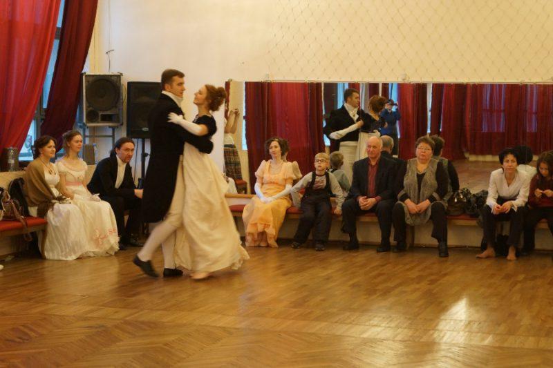 Алексей Веретенников и его Пушкинская студия старинных танцев. Фото: Михаил Шеремет