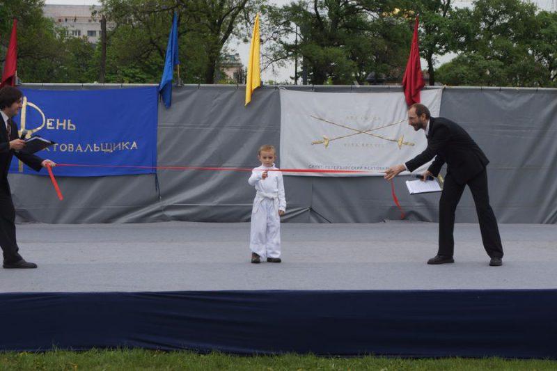 Торжественное открытие - ленточку разрезает самый младший участник выступлений Владимир Симоненко из театра боевых искусств КАГУРА МАЙ