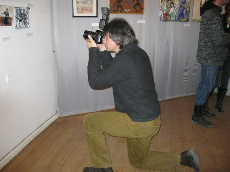 Архипецкий фотографирует произведения на биеннале
