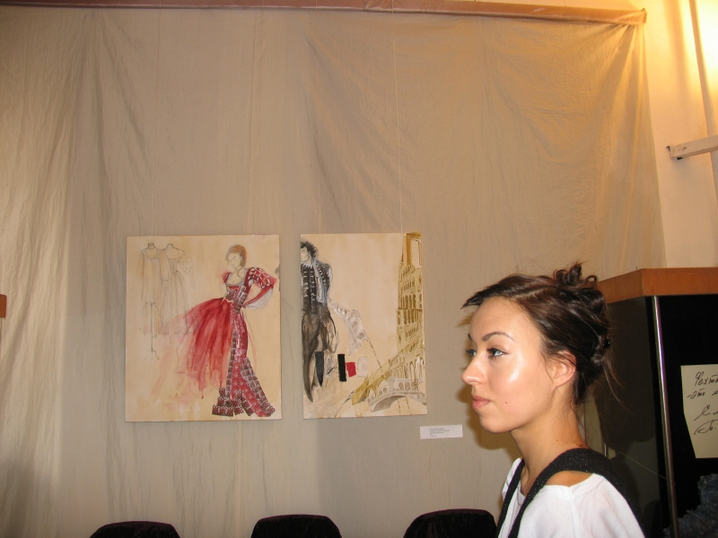 Валерия Миронова на фоне своих работ с эскизами костюмов