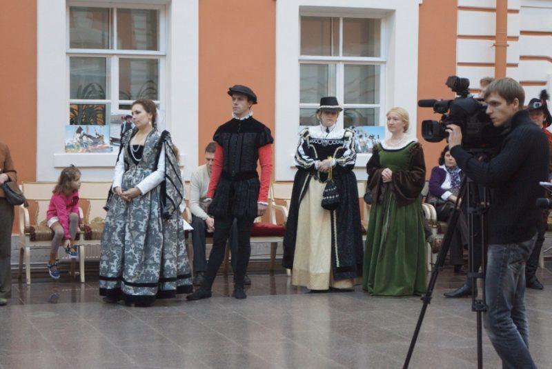 7. Среди публики - репортеры, участники танцевального ансамбля.