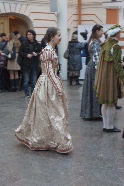 25.Уккрашение праздника - прекрасные девушки в старинных платьях из ансамбля