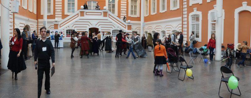 56.Общий вид зала в момент открытого урока по старинным танцам и играми на детской площадке