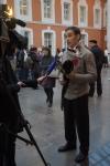 47. Игорь Андреев рассказывает тележурналистам о рапире, которая приготовлена для победителя призовых боёв