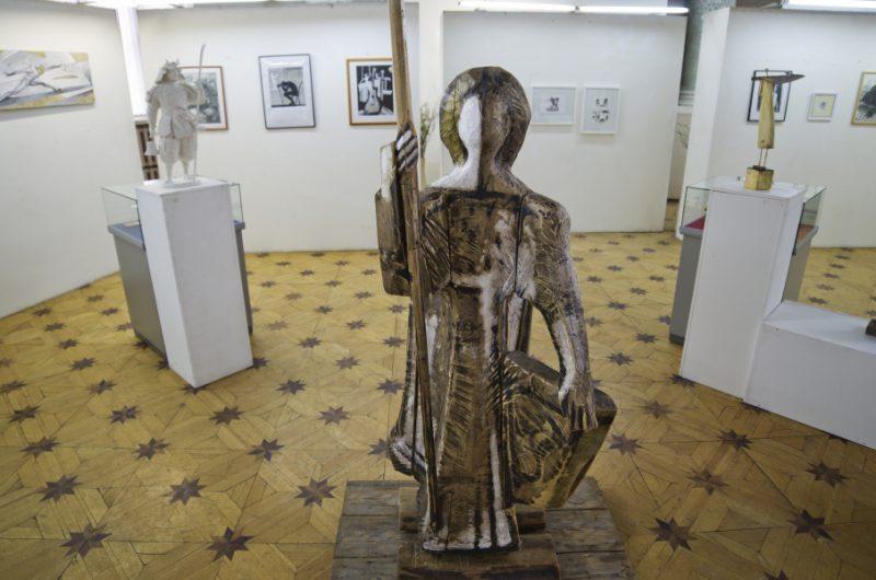 На первом плане фрагмент скульптуры Леонида Колибабы ЮНЫЙ ВОИН ИЗ ЮРЬЕВА-ПОЛЬСКОГО