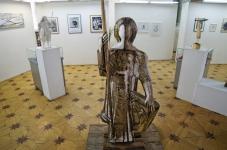 Колибаба Леонид «Юный воин из Юрьева-Польского», 2001. Дерево, роспись. 174х64х63