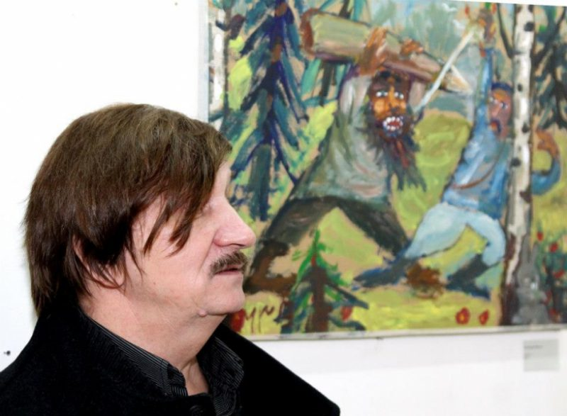 Художник, режиссер, журналист Виктор Тихомиров возле своей картины