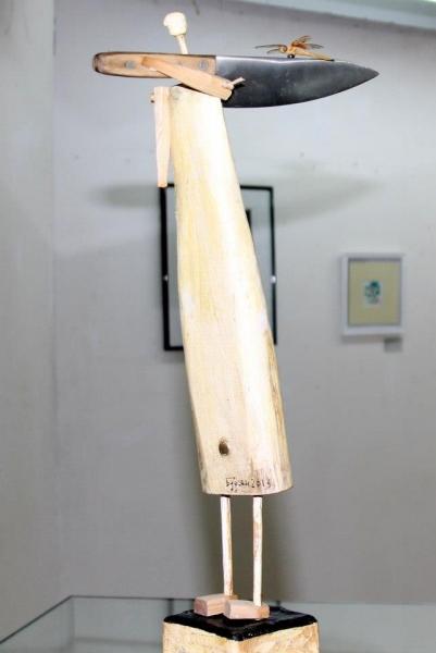 Скульптура Олега Бурьяна НЕСУЩИЙ НОЖ. 2013, дерево, металл, бумага. 60х10х32