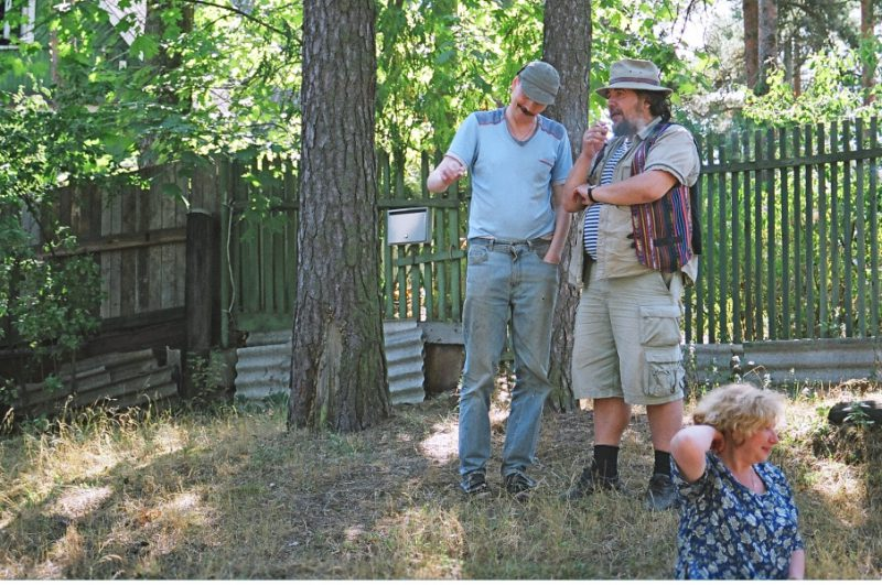 Митьки Шинкарев и Шагин стоят в сторонке. СПбФК - Фехтование на пленэре. Фото: Дмитрий Конрадт