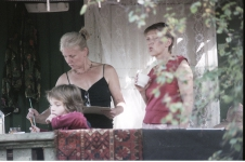 Маленькая Лиза, Галина и Вера рисуют на террасе. СПбФК - Фехтование на пленэре. Фото: Дмитрий Конрадт
