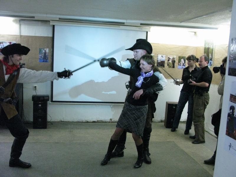 Гостья справа, берёт защиту(парад), атакующего слева Федора Шмыгля.