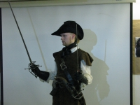 Артем Шабанов При владении парным оружием, например, шпаги и даги, можно научиться универсальном способам защиты(protezione) и нападения(Attack).
