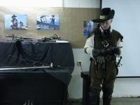 Помимо арсенала из колющего оружия, Артём демонстрирует кремниевый мушкет.