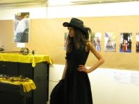 Модельер Полина Раудсон и ее модель, участницы праздника День Фехтовальщика