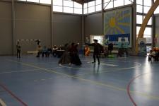 Ученицы выступают вдвоем против своего учителя фехтования